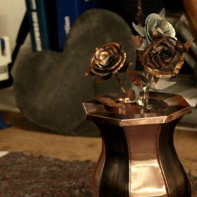 Handgefertigte Vase aus Kupfer mit selbstgestalteten Rosen